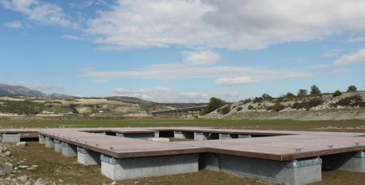 Συναρμολογήθηκε η πλωτή εξέδρα πλησίον της γέφυρας Ρυμνίου