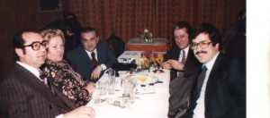 Στη φωτογραφία του 1980 ο εκλιπών με φίλους και συναδέλφους: τον αείμνηστο δικηγόρο Μάκη Μουμουζιά, γγ. του συλλόγου, την αείμνηστη σύζυγό του Βέττα Μουμουζιά, τιμούμε και  τη μνήμη τους, τον Γιάννη Κορκά και τον δικηγόρο Γιώργο Αμοιρίδη (αρχείο Γιάννη Κορκά).