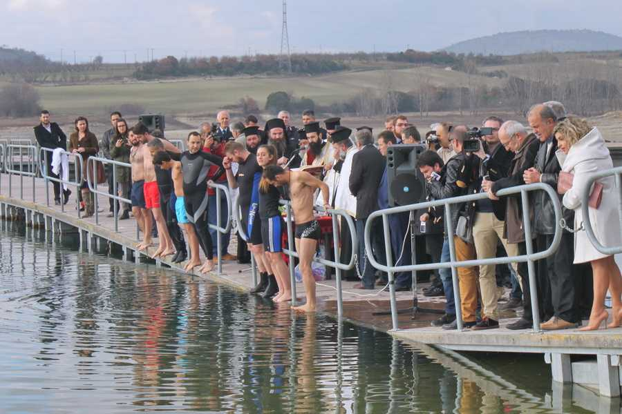 Πλήθος κόσμου στην τελετή κατάδυσης του Τιμίου Σταυρού στη Λίμνη Πολυφύτου