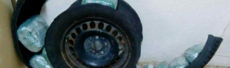 . Σύλληψη 3 ατόμων στην Κρυσταλλοπηγή Φλώρινας για διακίνηση -9- κιλών και -464- γραμμαρίων ακατέργαστης κάνναβης. Οι ποσότητες κάνναβης βρέθηκαν εντός του εφεδρικού τροχού