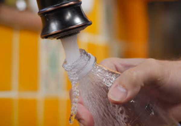 Δεν πρέπει να ξαναγεμίζουμε τα πλαστικά μπουκάλια νερού