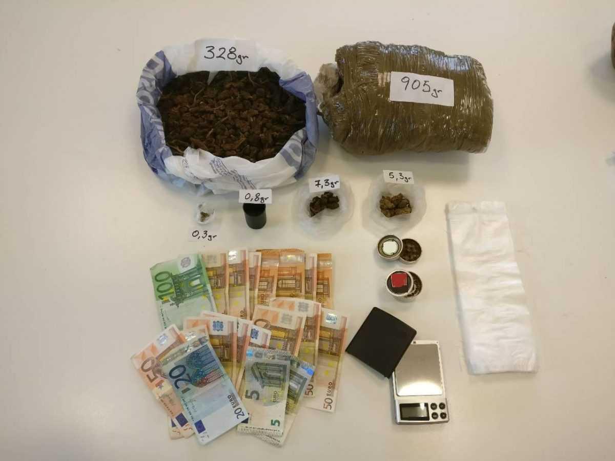 Συνελήφθησαν -4- ημεδαποί σε περιοχές της Κοζάνης για κατοχή και διακίνηση ναρκωτικών ουσιών   Μεταξύ άλλων κατασχέθηκαν -1- κιλό και -238,3- γραμμάρια κάνναβης και το χρηματικό ποσό των -880- ευρώ
