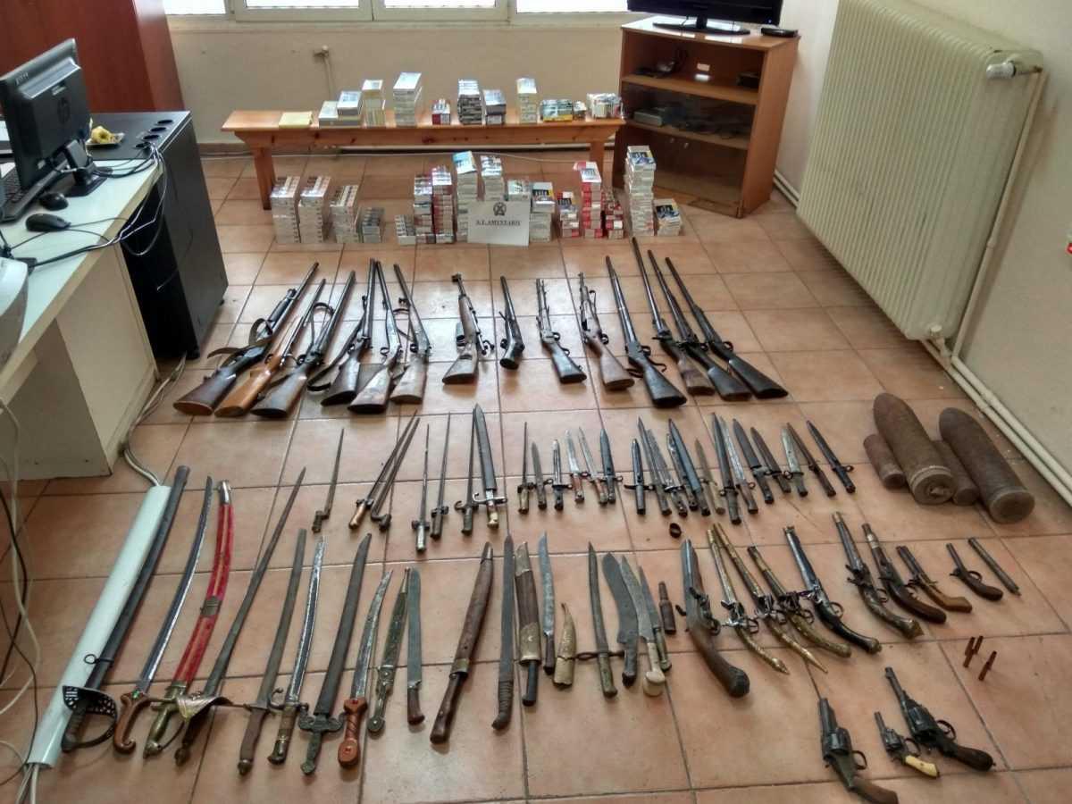 Συνελήφθησαν -2- ημεδαποί  σε περιοχή της Φλώρινας για παραβάσεις των νόμων περί όπλων και τελωνειακού κώδικα   Μεταξύ άλλων κατασχέθηκαν -26- όπλα διαφόρων τύπων, -26- ξιφολόγχες, -19- σπαθιά, -1.034- αδασμολόγητα πακέτα τσιγάρων και  -800- γραμμάρια αδασμολόγητου καπνού