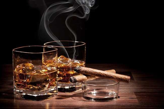 Οι άνθρωποι που πίνουν πολύ αλκοόλ και καπνίζουν δείχνουν πιο γερασμένοι