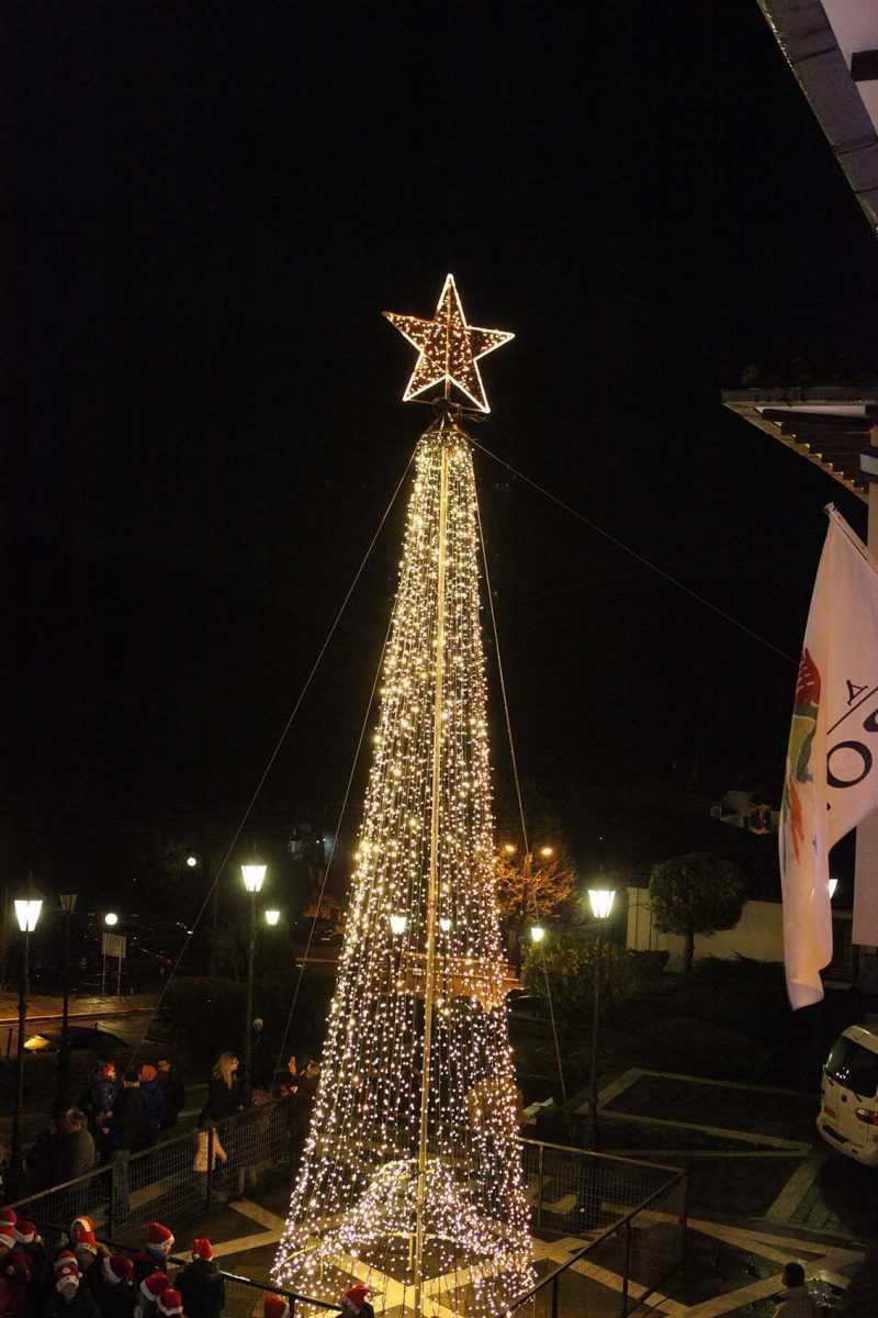 Γιορτινή ατμόσφαιρα στη Σιάτιστα και τη Νεάπολη  Άναψαν τα Χριστουγεννιάτικα δέντρα