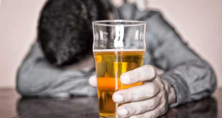 Νοθευμένα ποτά: Οι κίνδυνοι που κρύβουν και τι πρέπει να προσέχετε