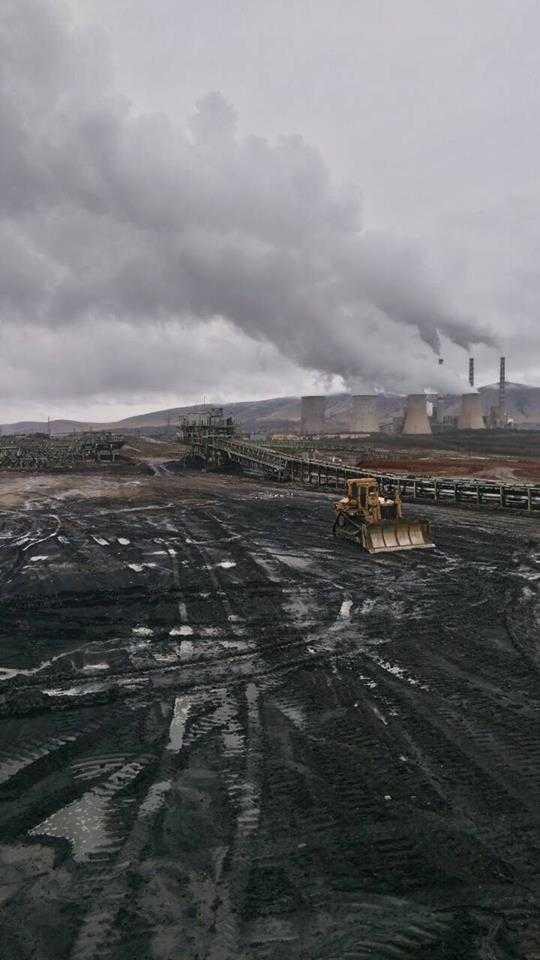 Το ορυχείο Νοτίου Πεδίου μετά τη νυχτερινή βροχή. Στο βάθος ο ΑΗΣ Καρδιάς και Αγίου Δημητρίου