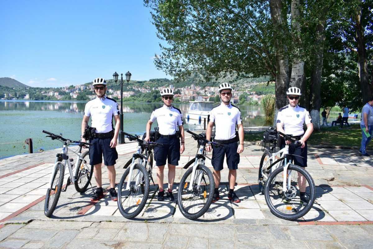 Επεκτάθηκε και στην πόλη της Καστοριάς ο επιτυχημένος θεσμός της αστυνόμευσης με ποδήλατα