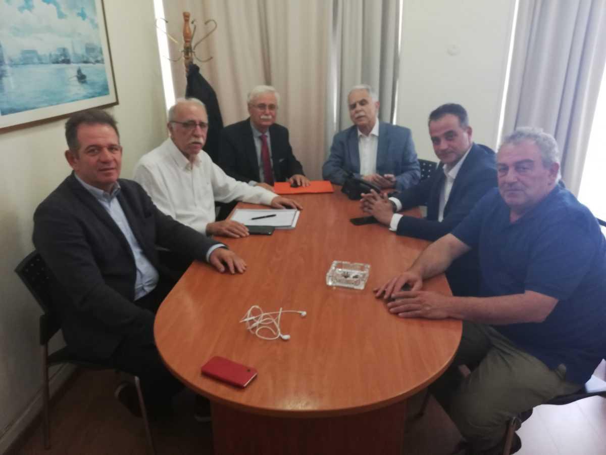 """Συνάντηση στο Υπουργείο Μεταναστευτικής πολιτικής για τη Δυτική Μακεδονία για την αξιοποίηση του στρατοπέδου """"Μιλτιάδη Πόρτη"""" στη Νεάπολη Βοϊου όπου σχεδιάζεται η φιλοξενία προσφύγων"""
