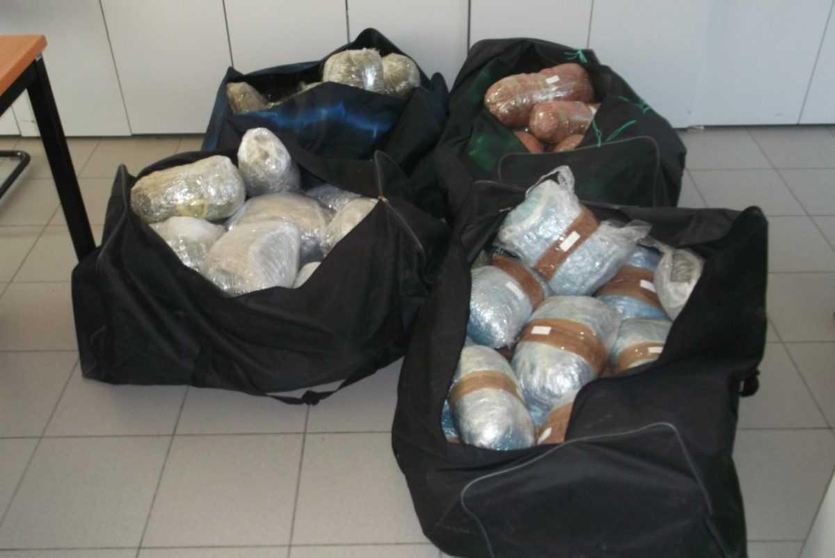Εξαρθρώθηκε στη Φλώρινα εγκληματική ομάδα που εισήγαγε  μεγάλες ποσότητες ναρκωτικών ουσιών στη χώρα μας.     Συνελήφθησαν τρεις αλλοδαποί στην Κρυσταλλοπηγή Φλώρινας και ένας στην Θεσσαλονίκη, κατηγορούμενοι για εισαγωγή, μεταφορά και κατοχή ναρκωτικών ουσιών