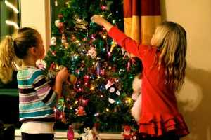 decorating-christmas-tree-kegciyec