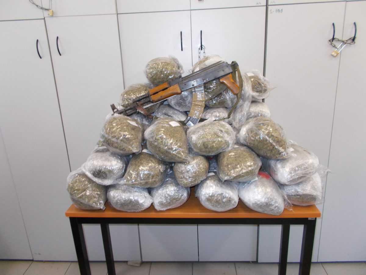 Σύλληψη 29χρονου ημεδαπού στην Φλώρινα για εισαγωγή - μεταφορά ναρκωτικών ουσιών και παράνομη οπλοκατοχή. Κατασχέθηκαν -38- κιλά και -110- γραμμάρια ακατέργαστης κάνναβης και ένα πολεμικό τυφέκιο τύπου KALASHNIKOV