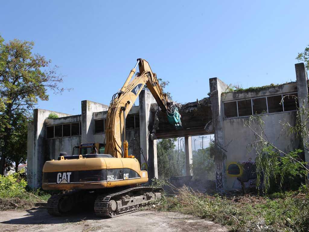 Ξεκίνησαν με την κατεδάφιση κτίσματος στον αύλειο χώρο οι εργασίες προετοιμασίας για τη λειτουργία της Σχολής Πυροσβεστών