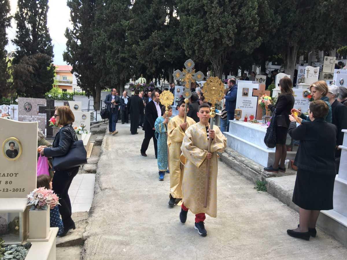 Η περιφορά του ιερού Επιταφείου στο κοιμητήριο του Ι. Ναού Αγίου Γεωργίου Κοζάνης (Φωτογραφίες)