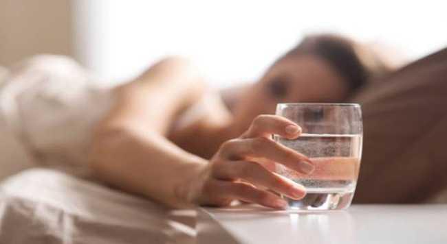 Ευεργετικό για την υγεία ένα ποτήρι νερό το πρωί με άδειο στομάχι