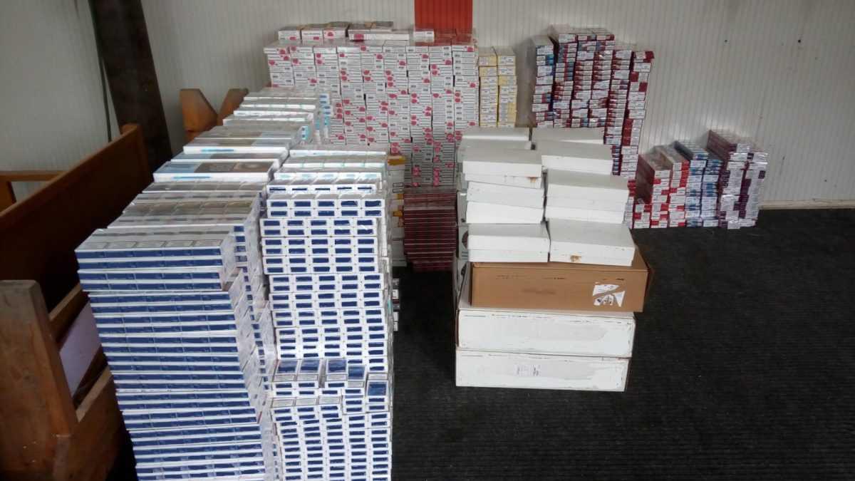 Βρέθηκαν επιπλέον -14.485- αδασμολόγητα πακέτα τσιγάρων και -81- συσκευασίες αδασμολόγητου καπνού στην κατοχή του 52χρονου που συνελήφθη για ίδια αδικήματα προχθές σε περιοχή της Φλώρινας