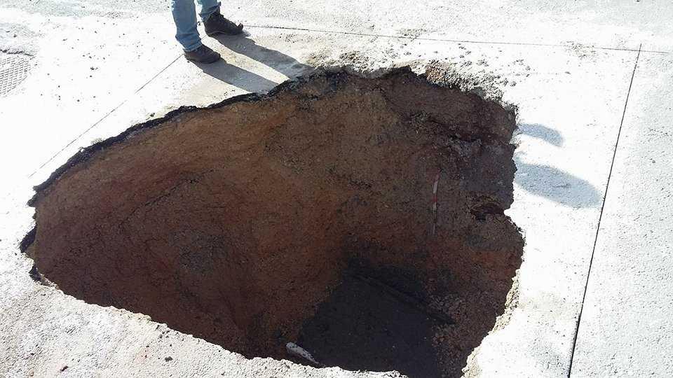 Τρύπα βάθους 2 και πλέον μέτρων και πλάτους 3 περίπου μέτρων άνοιξε στον δρόμο στον κόμβο της Αγίας Παρασκευής εξαιτίας διαρρόης σωλήνα της ΔΕΥΑΚ . Συνεργείο της ΔΕΥΑΚ αποκαθιστά την βλάβη από το πρωί της Τετάρτης