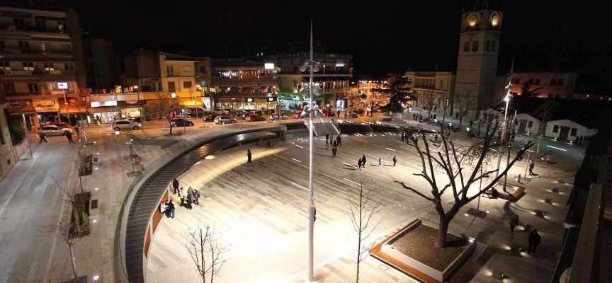 Κάλαντα και Χριστουγεννιάτικα τραγούδια στα σκαλιά της πλατείας της Κοζάνης την Κυριακή 17/12