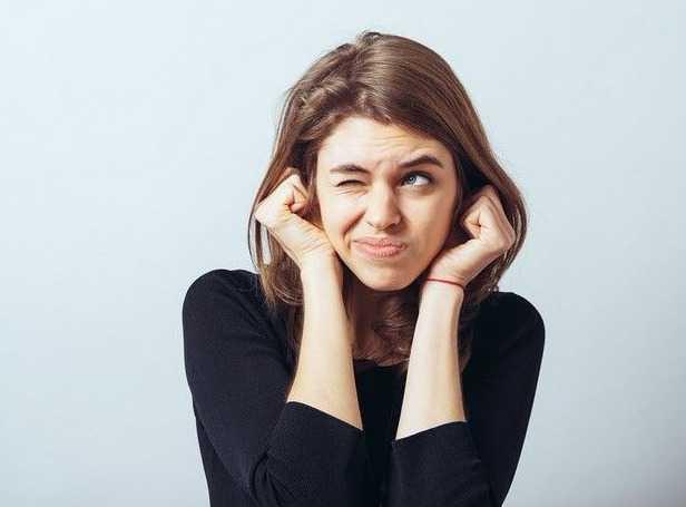 Τι Συμβαίνει Πραγματικά Όταν Νιώθεις Τα Αυτιά Σου Να Βουΐζουν