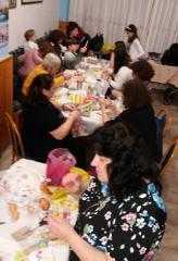 Πραγματοποιήθηκε ο στολισμός πασχαλινών αυγών και πασχαλινών λαμπάδων με συμμετοχή πολύ κόσμου στο Σύλλογο