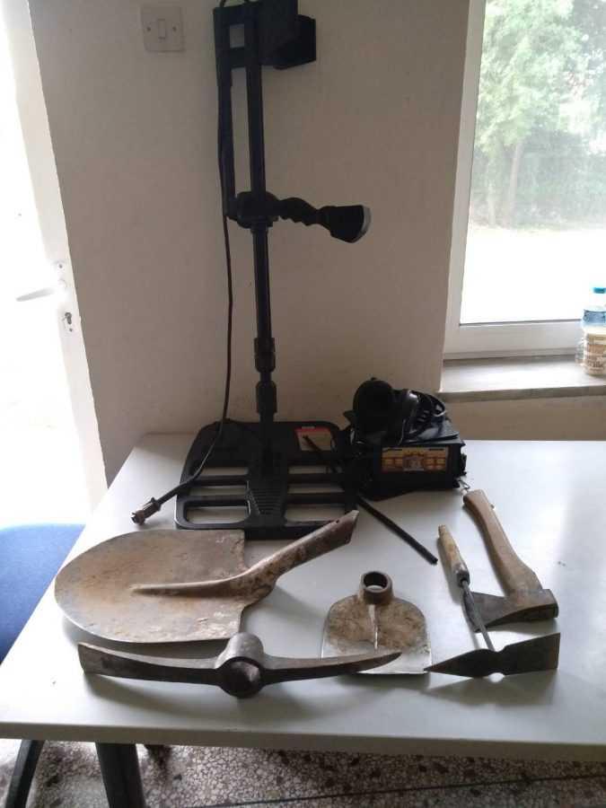 Συνελήφθησαν να χρησιμοποιούν συσκευή ανίχνευσης μετάλλων και σκαπτικά εργαλεία