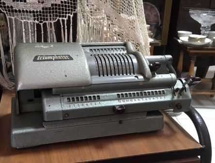 ΠΩΛΟΥΝΤΑΙ σε τιμή ευκαιρίας:  1) Παλαιά - χειροκίνητη (αντίκα) αριθμομηχανή,  2) παλαιό (αντίκα) ραδιόφωνο