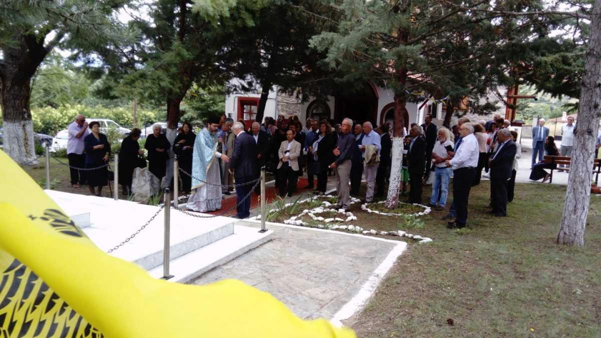 Στο μνημόσυνο στα Μελίσσια Κοζάνης για τους σφαγιασθέντες προγόνους από τους αιμοσταγείς και αιμοδιψείς Τσέτες του Κεμαλικού στρατού το 1920.  Ζωντάνεψαν οι θλιβερές μνήμες και φορτίστηκε συγκινησιακά η ατμόσφαιρα με την γλαφυρή και ανάγλυφη ομιλία του Γιώργου Τουλουμενίδη