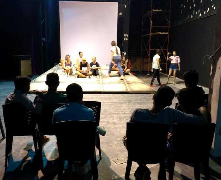 Οι έφηβοι της Δομής Φιλοξενίας Ασυνόδευτων Ανηλίκων της ΑΡΣΙΣ Κοζάνης συμμετέχουν στην παράσταση NO FUTURE!