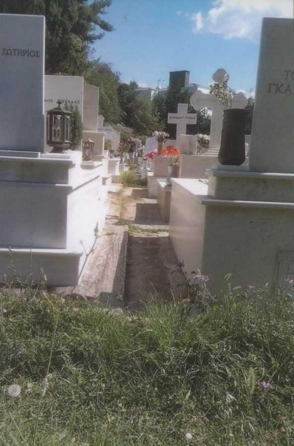 Σε πλήρη εγκατάλειψη τα νεκροταφεία Κοζάνης εδώ και πολλά χρόνια. Ακαταστασία, ακαθαρσίες, χορταριασμένα μονοπάτια, ανοιχτοί τάφοι και αφύλακτες αποθήκες οστεοφυλακίων, σπασμένα τσιμέντα και… έτσι τιμούμε τους νεκρούς μας;!