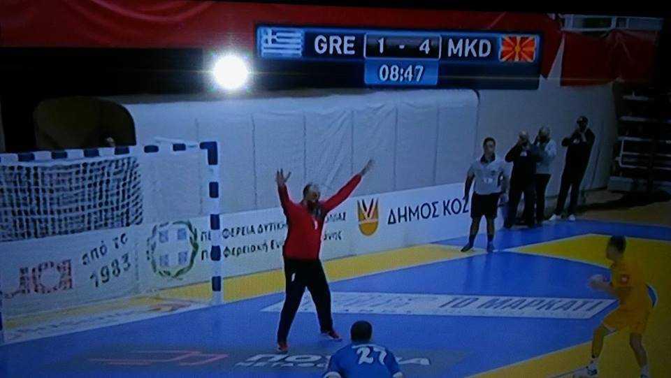 Εθνική ξεφτίλα από το κρατικό κανάλι της ΕΡΤ3 στην αναμετάδοση του αγώνα χαντμπολ Ελλάδα-FYROM, στην Κοζάνη όπου οι φιλοξενούμενοι αναγράφονται με τα αρχικα MKD δηλαδή Μακεδονία.