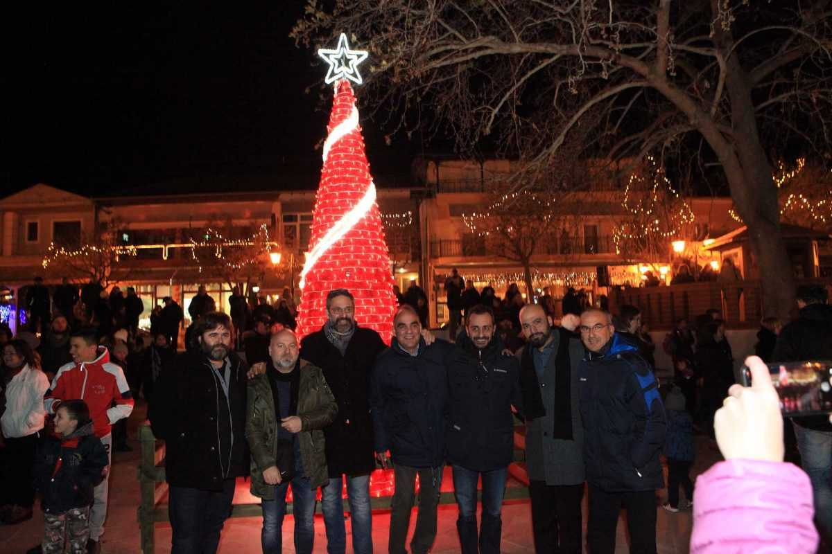 Άναψε το Χριστουγεννιάτικο δέντρο της Αιανής