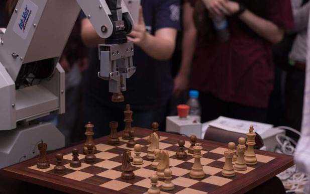 Η ομάδα φοιτητών του Πανεπιστημίου Δυτικής Μακεδονίας θα παρουσιάσει το ρομποτικό βραχίονα CRONUS που παίζει σκάκι στο σχολικό πρωτάθλημα ΣΚΑΚΙ ΕΟΡΔΑΙΑΣ 2018