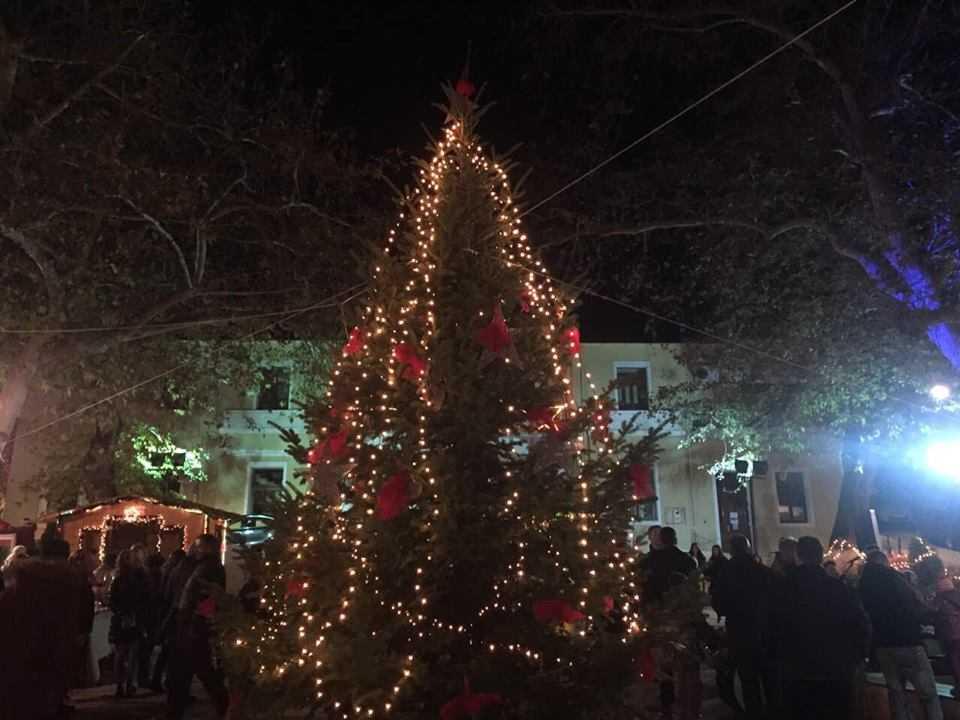 Με μεγάλη επιτυχία πραγματοποιήθηκε το βράδυ της Κυριακής στην κεντρική πλατεία Σερβίων το άναμμα του Χριστουγεννιάτικου δέντρου.
