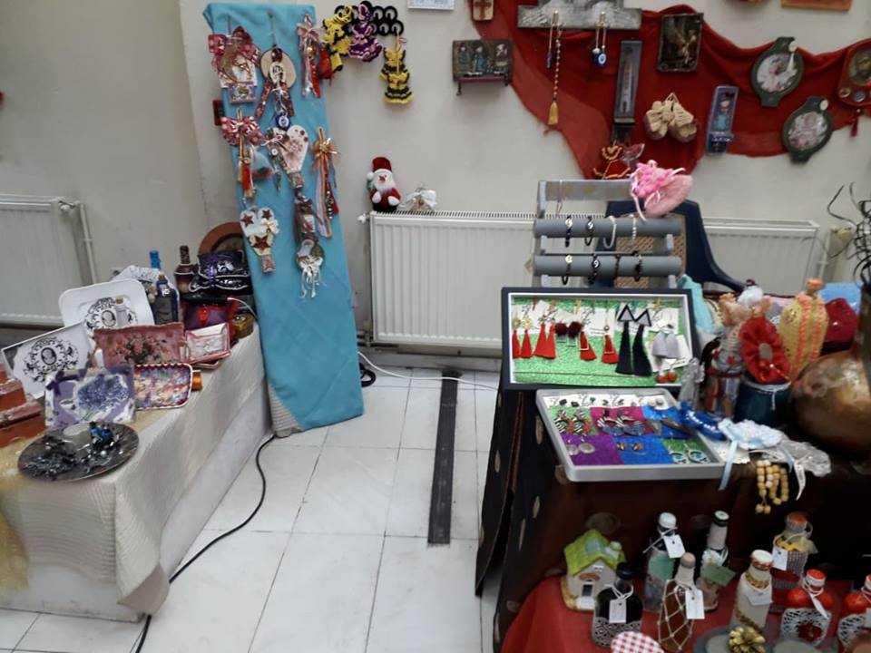 Ο σύλλογος Γυναικών Κοζάνης σε συνεργασία με τον δήμο Κοζάνης, πραγματοποιεί Χριστουγεννιάτικη εικαστική έκθεση για φιλανθρωπικό σκοπό. Πολλά τα παράπονα των διοργανωτών για την μη στήριξη της προσπάθειας αυτής.