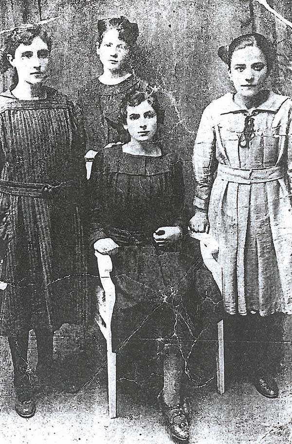 Tέσσερις συμμαμήτριες Κοζανίτισσες απόφοιτες γυμνασίου 1918 φωτογραφίζονται. Φέτος συμπληρώνονται 100 χρόνια