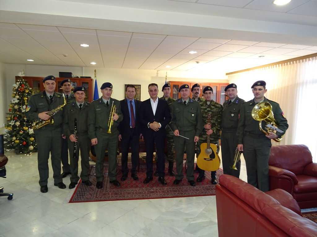 Τα Χριστουγεννιάτικα Κάλαντα έψαλαν στον Περιφερειάρχη Δυτικής Μακεδονίας Θεόδωρο Καρυπίδη, τη Δευτέρα 24 Δεκεμβρίου, ο Στρατός και Σύλλογοι της περιοχής.