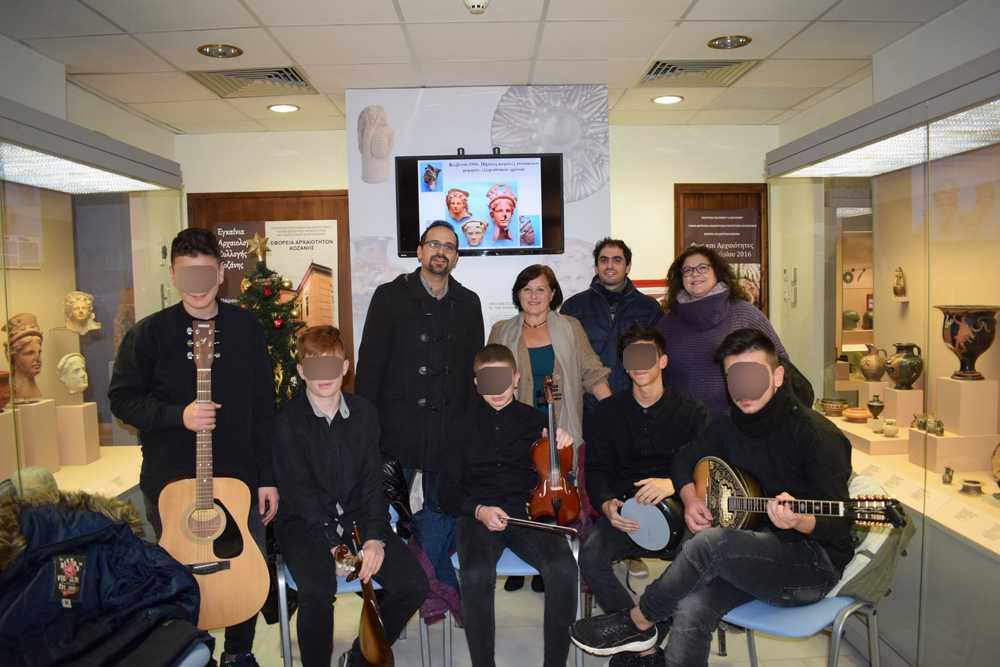 Ζέσταναν με το κέφι, τη χριστουγεννιάτικη διάθεση και τις μελωδικές φωνές τους την κρύα χειμωνιάτικη βραδιά της Τρίτης 18 Δεκεμβρίου 2018, οι μαθητές του μουσικού συνόλου Βυζαντινής - Παραδοσιακής Μουσικής του Μουσικού Γυμνασίου Πτολεμαΐδας, στην αυλή και την Έκθεση της Αρχαιολογικής Συλλογής Κοζάνης.