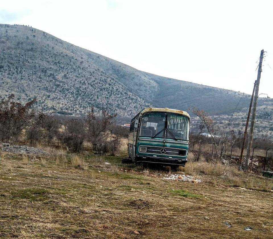 Στέκι τοξικομανών και μάλιστα «σκληρών», το παρατημένο λεωφορείο πλησίον της ΕΟ και στη διασταύρωση Μικροκάστρου και χρόνια τώρα αδιαφορούν οι υπεύθυνοι, κυρίως ο δήμος που δεν το απομακρύνει… Χρησιμοποιημένες και μη σύριγγες διάσπαρτες στο λεωφορείο «άνομο στέκι»!