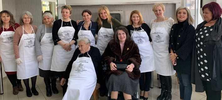 Στην κουζίνα με ποδιά η Μαρέβα Γκραμπόφσκι μαγειρεύει με εθελοντές «Ο Καλός Σαμαρείτης» στην Κοζάνη