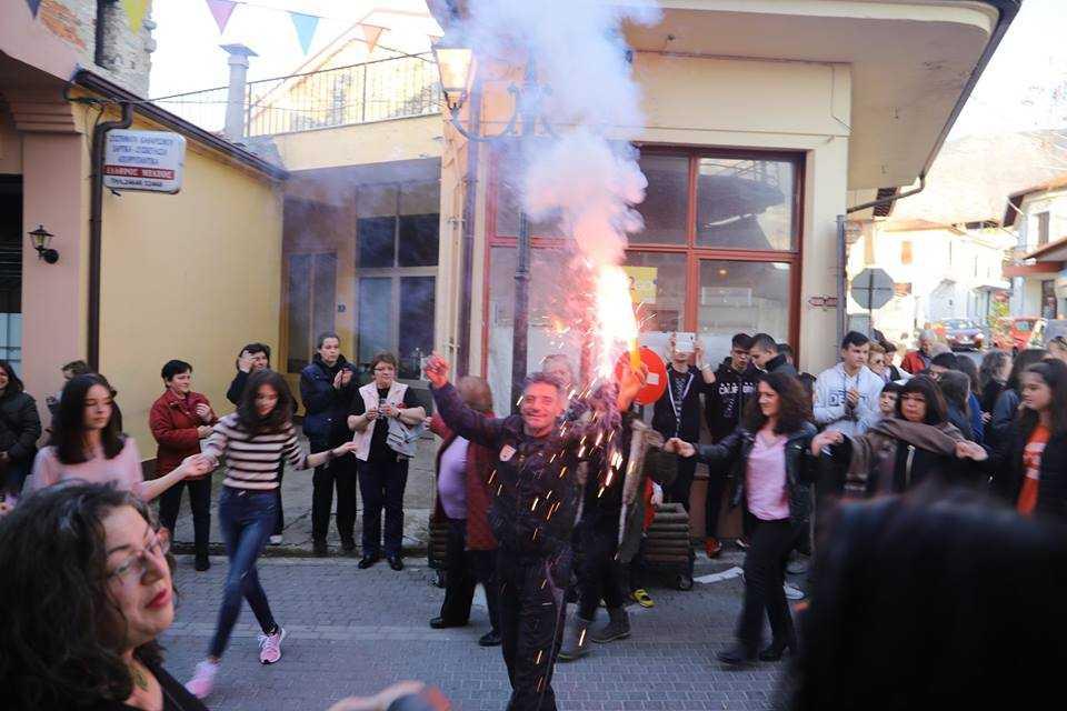 «Καίγεται» το Βελβεντό-Πανηγυρισμοί για την αυτονομία, χοροί και ελληνικές σημαίες-Βίντεο και φωτογραφία!