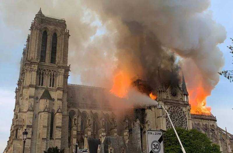Η μεγάλη εβδομάδα των καθολικών σημαδεύτηκε φέτος από την καταστροφή της Παναγίας των Παρισίων.