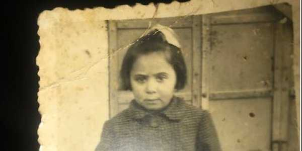Το γράμμα το κρατούσε σφικτά ητετράχρονη Ελένη Πασαχίδου, που μαζί με τα άλλα παιδιά έφτασαν από την Καλαμαριά στην Κοζάνη με αυτοκίνητα του Ερυθρού Σταύρου και φιλοξενήθηκαν τον Μάρτιο του 1942. Η τραγική μάνα της Καλαμαριάς: Ένα γράμμα του 1942 για την προσφυγιά στην Κατοχή