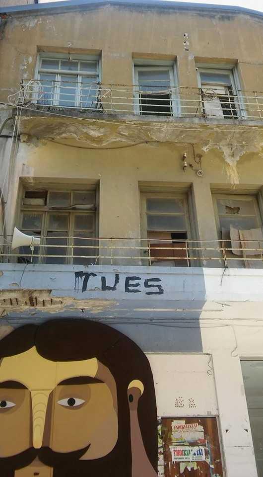 Επικίνδυνο κτίριο στη «βιτρίνα» της Κοζάνης, στον κεντρικό πεζόδρομο, αμαυρώνει την αισθητική της πόλης και αποτελεί «υγειονομική βόμβα»!…  Τόσα χρόνια πέρασαν και οι (αν)-αρμόδιοι εθελοτυφλούν και κωφεύουν;!