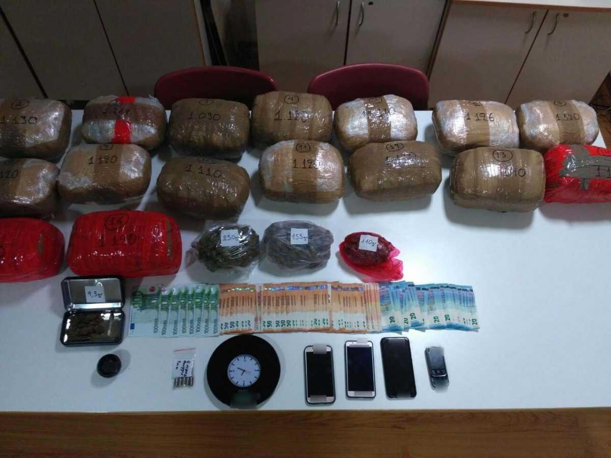 Συνελήφθη από αστυνομικούς του Τμήματος Ασφάλειας Κοζάνης σε περιοχή της Θεσσαλονίκης, 36χρονος ημεδαπός, για διακίνηση μεγάλης ποσότητας ναρκωτικών (18 κιλά κάνναβης) και παράβαση του νόμου περί όπλων