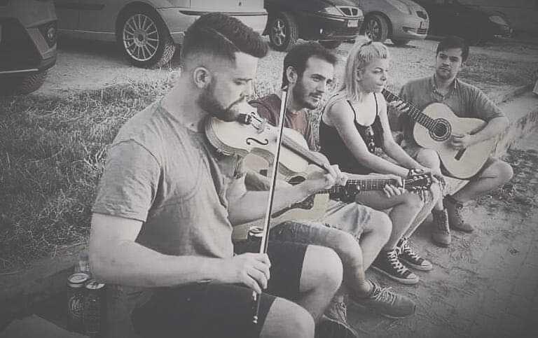 Αποχαιρετώντας Μουσικά Τον Αύγουστο με μια συναυλία στο πάρκο, με όμορφες διασκευές εντεχνων, παραδοσιακών και ρεμπετικων τραγουδιών