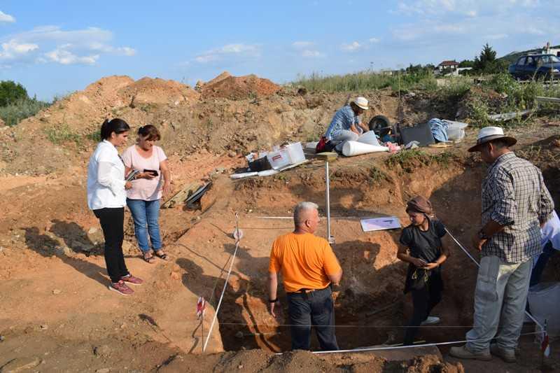 Κατά τη διάρκεια των εν εξελίξει ανασκαφών της Εφορείας Αρχαιοτήτων Κοζάνης στο λιγνιτωρυχείο Μαυροπηγής, αποκαλύφθηκε λακκοειδής τάφος, των υστεροελληνιστικών χρόνων (προς τα τέλη του 1ου αιώνα π.Χ.), με πλούσια κτερίσματα.