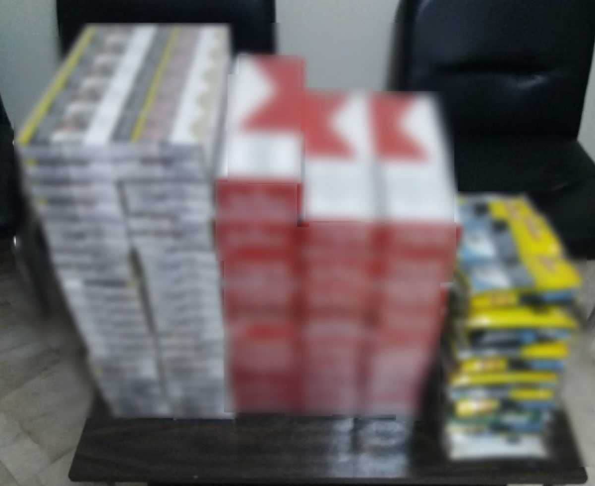 Σύλληψη δύο αλλοδαπών στα Γρεβενά για λαθραία τσιγάρα και αδασμολόγητη ποσότητα καπνού. Κατασχέθηκαν συνολικά -450- πακέτα αφορολόγητων τσιγάρων και -2.500- γραμμάρια αδασμολόγητου καπνού