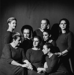 Το ΟνειρόDrama, στο πλαίσιο της πειραματικής του σκηνής, ξεκινάει τη νέα καλλιτεχνική περίοδο με το πασίγνωστο έργο του Ρομπέρ Τομά «Οκτώ Γυναίκες Κατηγορούνται»
