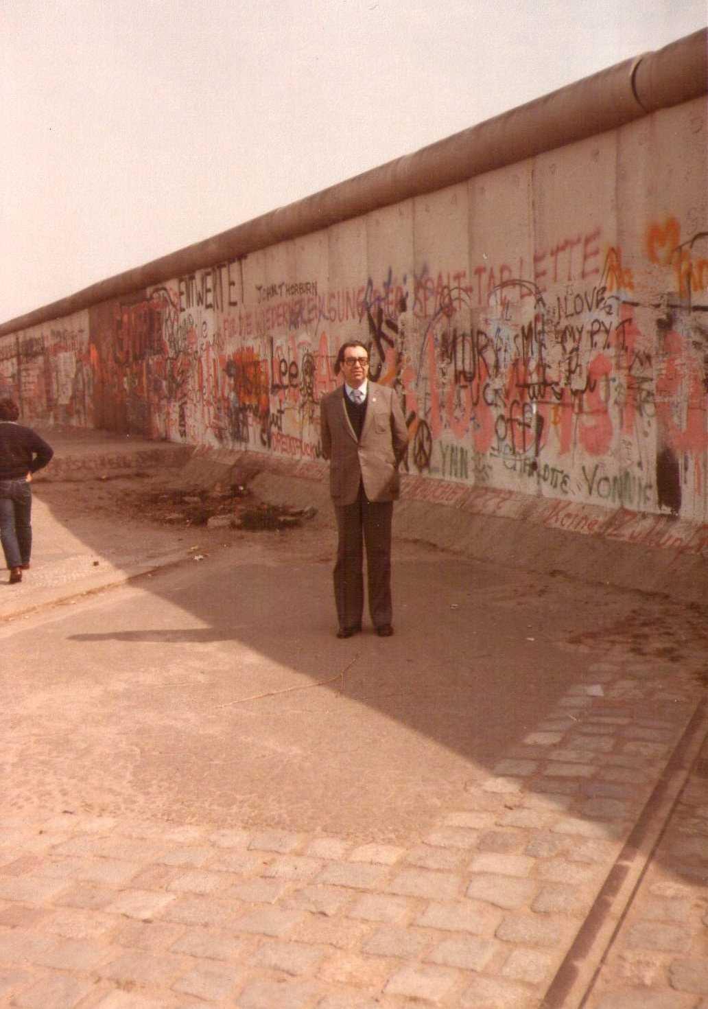 ΕΝΑΣ ΚΟΖΑΝΙΤΗΣ ΣΤΟ ΤΕΙΧΟΣ ΤΟΥ ΒΕΡΟΛΙΝΟΥ ΤΟ 1982. ΓΚΡΕΜΙΣΤΗΚΕ 9 ΝΟΕΜΒΡΙΟΥ 1989