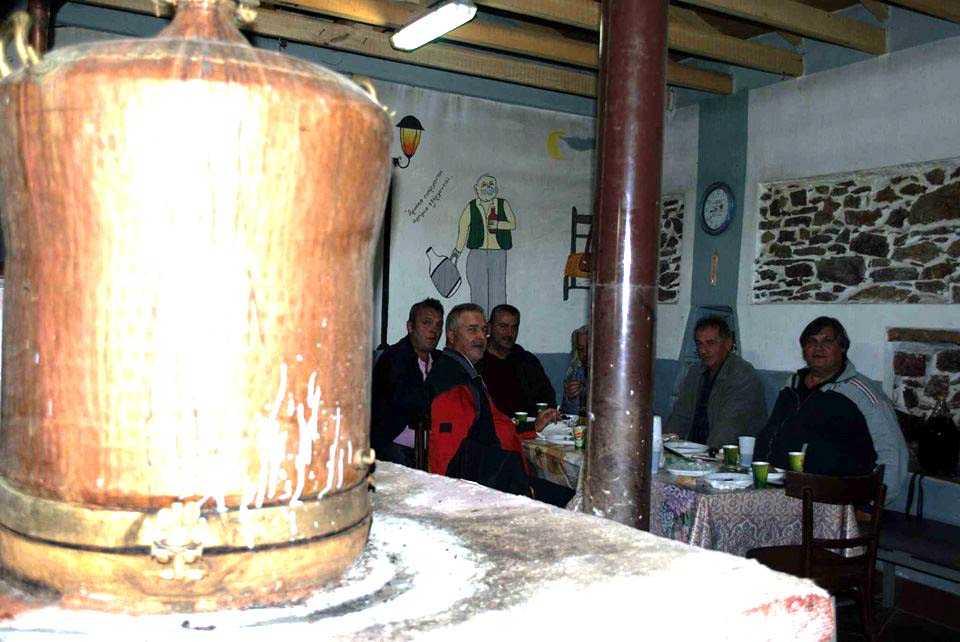Το γλέντι στο καζάνι, με τον πλέον παραδοσιακό συντροφικό τρόπο της απόσταξης για την παραγωγή τσιπουρου στο Βόιο , καλά κρατεί
